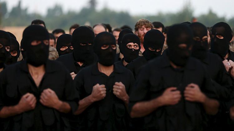 Rebeldes participan en una ceremonia de graduación en un campamento en Guta, un distrito en las afueras de Damasco, Siria