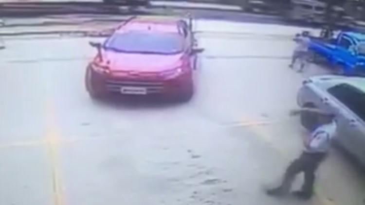 Un coche 'autónomo' escapa de un parking obedeciendo las órdenes del guardia