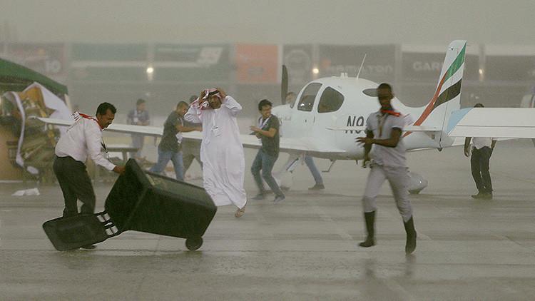 Lo que el viento se llevó: un temporal devasta el aeropuerto de Abu Dabi (Videos)