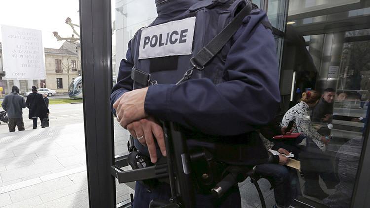 Un hombre amenaza con detonar una bomba en su casa