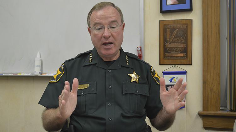 """Un sheriff amenaza con encarcelar al """"canalla"""" de Tim Cook si  Apple se negase a cooperar"""