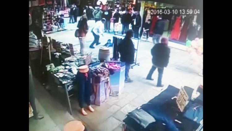 Máxima crueldad (video): Un comerciante turco agrede brutalmente a un niño sirio en pleno mercado
