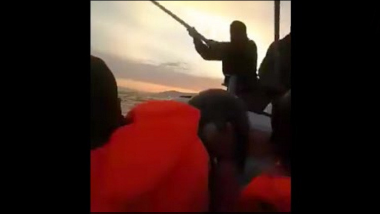 Video: Guardacostas turcos atacan a palos a refugiados en el mar Egeo