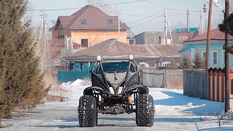 Video: Un monstruoso batimóvil se pasea por las calles de Rusia