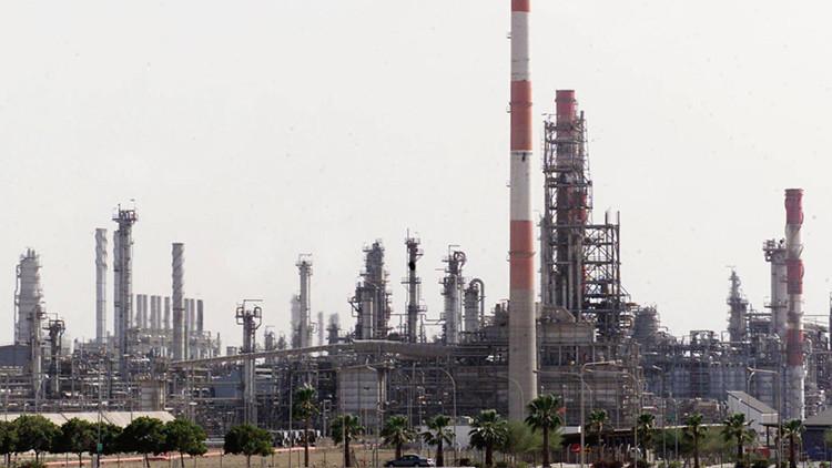 A Arabia Saudita le sale el tiro por la culata en su juego petrolero