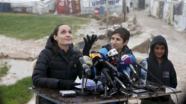 Angelina Jolie desafía las lluvias y visita un campo de refugiados sirios en el Líbano (fotos)