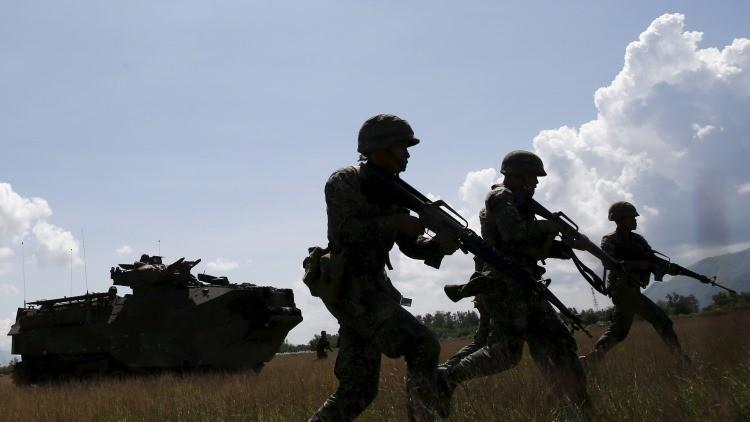 Soldados estadounidenses y filipinos toman parte en unas maniobras en la base naval de San Antonio, Filipinas