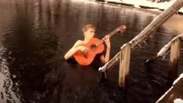 Músico resistente al frío: un guitarrista se lanza a un lago helado para tocar