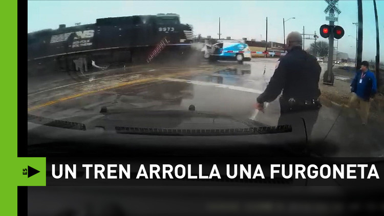 A segundos de la muerte: Un tren choca contra una furgoneta