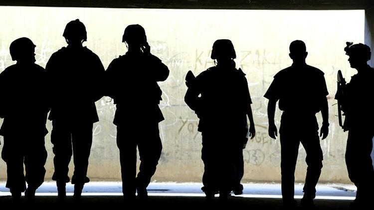 Los soldados del Ejército de EE.UU. en busca de un túnel secreto en Bagdad en 2003