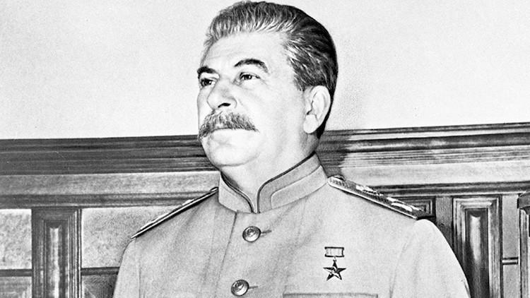 Las provocadoras imágenes de la nieta de Stalin traen cola en Twitter (FOTOS)