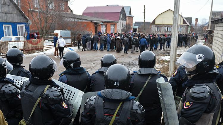 Videos: 500 policías antidisturbios rusos se enfrentan contra un grupo de gitanos