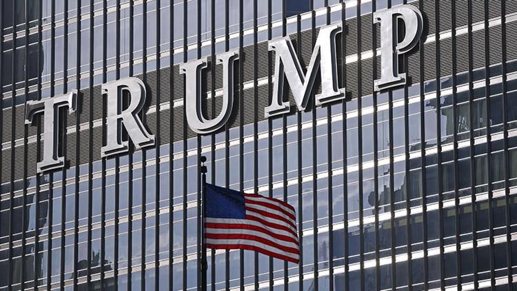 ¿Ha recibido Trump un mensaje de las alturas? Un rayo impacta en una de sus torres (video)