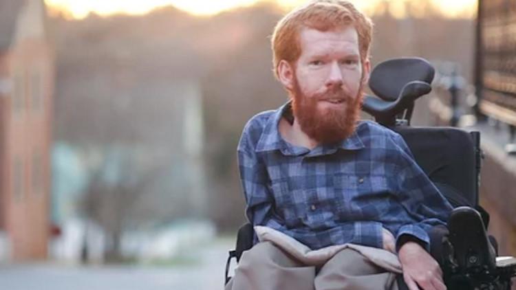 Un grupo de jóvenes llevará a su amigo discapacitado a la espalda en un viaje por el mundo