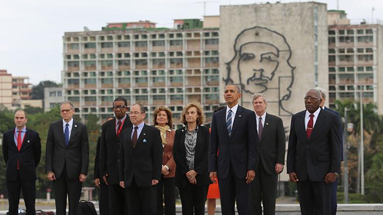 Obama se salta el protocolo y se hace una foto frente a la efigie del 'Che' Guevara