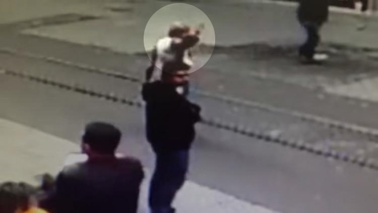 Video: una mujer sobrevive de manera sorprendente al atentado de Estambul