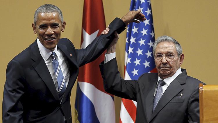 ¿Confusión o gesto de rechazo? Así explican el torpe apretón de manos entre Castro y Obama