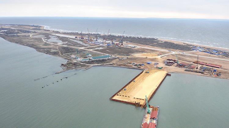 Un barco turco daña una estructura de construcción del puente que unirá Crimea con el resto de Rusia