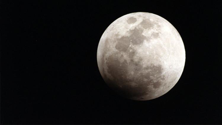 Científicos aseguran que el eje de rotación de la Luna se desplazó seis grados