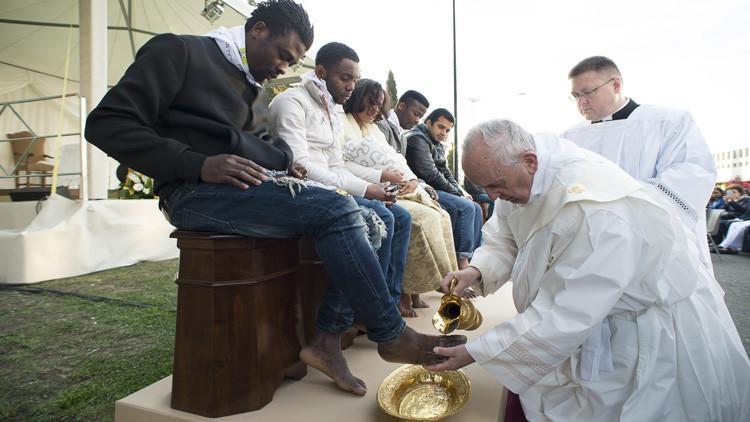 El papa Francisco lava y besa los pies de refugiados musulmanes y de otras religiones
