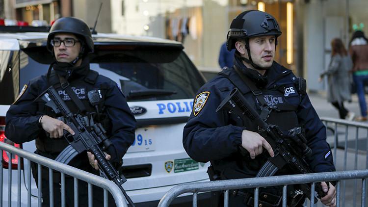 Video: Policías en Nueva York meten a un hombre vivo en... ¿una bolsa para transportar cadáveres?