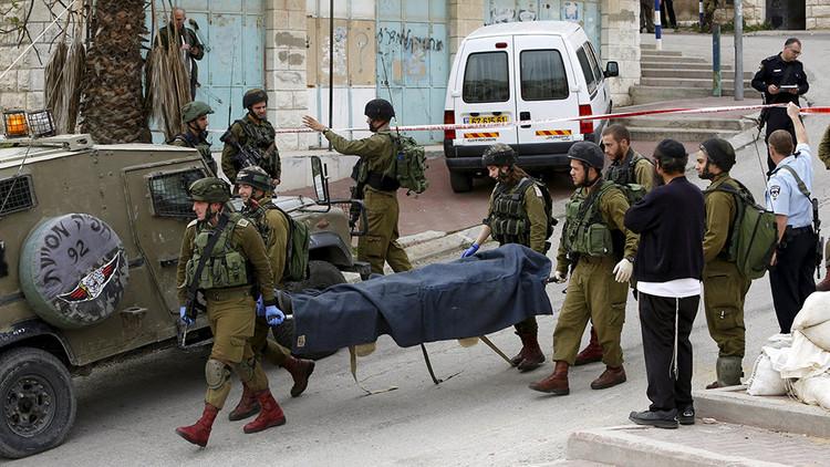 Video: Soldado israelí saluda a un activista de extrema derecha tras ejecutar a un palestino herido