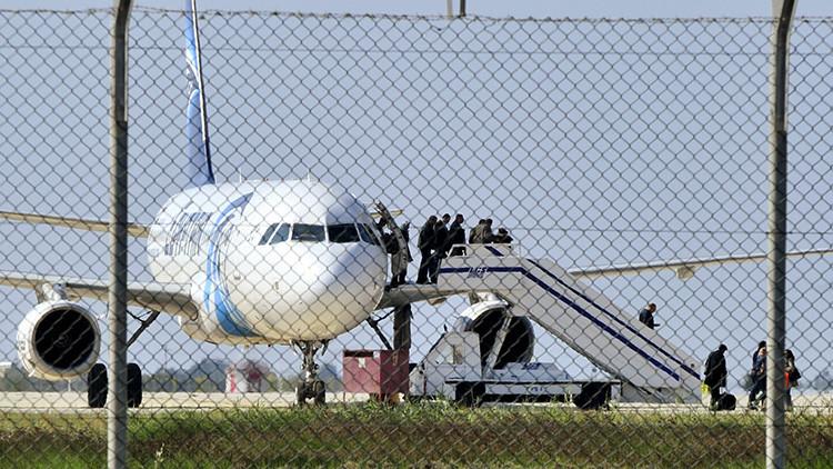PRIMERAS IMÁGENES: Los pasajeros abandonan el Airbus A320 de EgyptAir secuestrado (video, fotos)