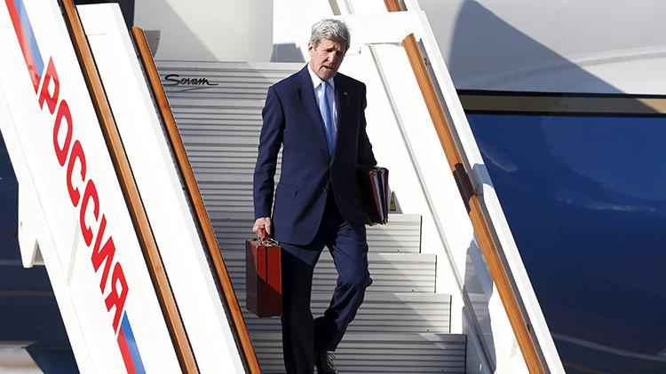 Revelan qué había dentro del enigmático maletín de John Kerry durante su visita a Moscú