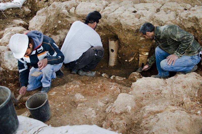 Los arqueólogos sacan de los cimientos de la estructura unos artefactos asociados con la vinicultura.