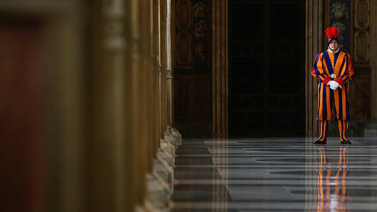 Un guardia suizo en la entrada a la biblioteca del papa en Vaticano.
