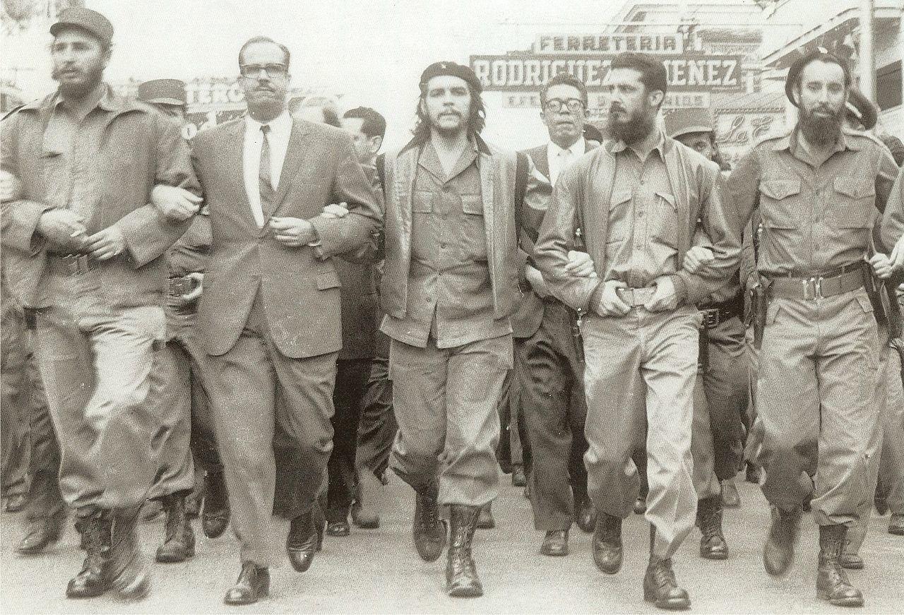 Fidel Castro (a la izquierda) junto al Che Guevara en una marcha en conmemoración de las víctimas de la explosión de La Coubre, el 5 de marzo de 1960.