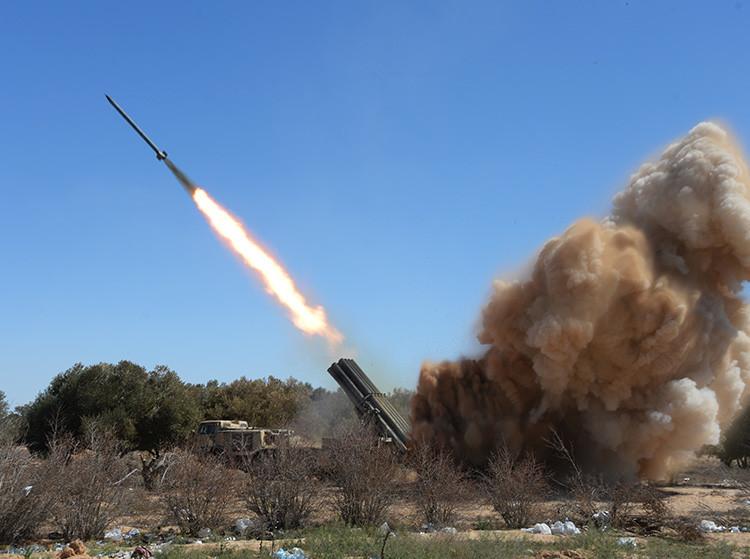 Un lanzacohetes múltiple BM-27 Uragan abre el fuego contra un grupo de yihadistas cerca de la ciudad siria de Palmira.