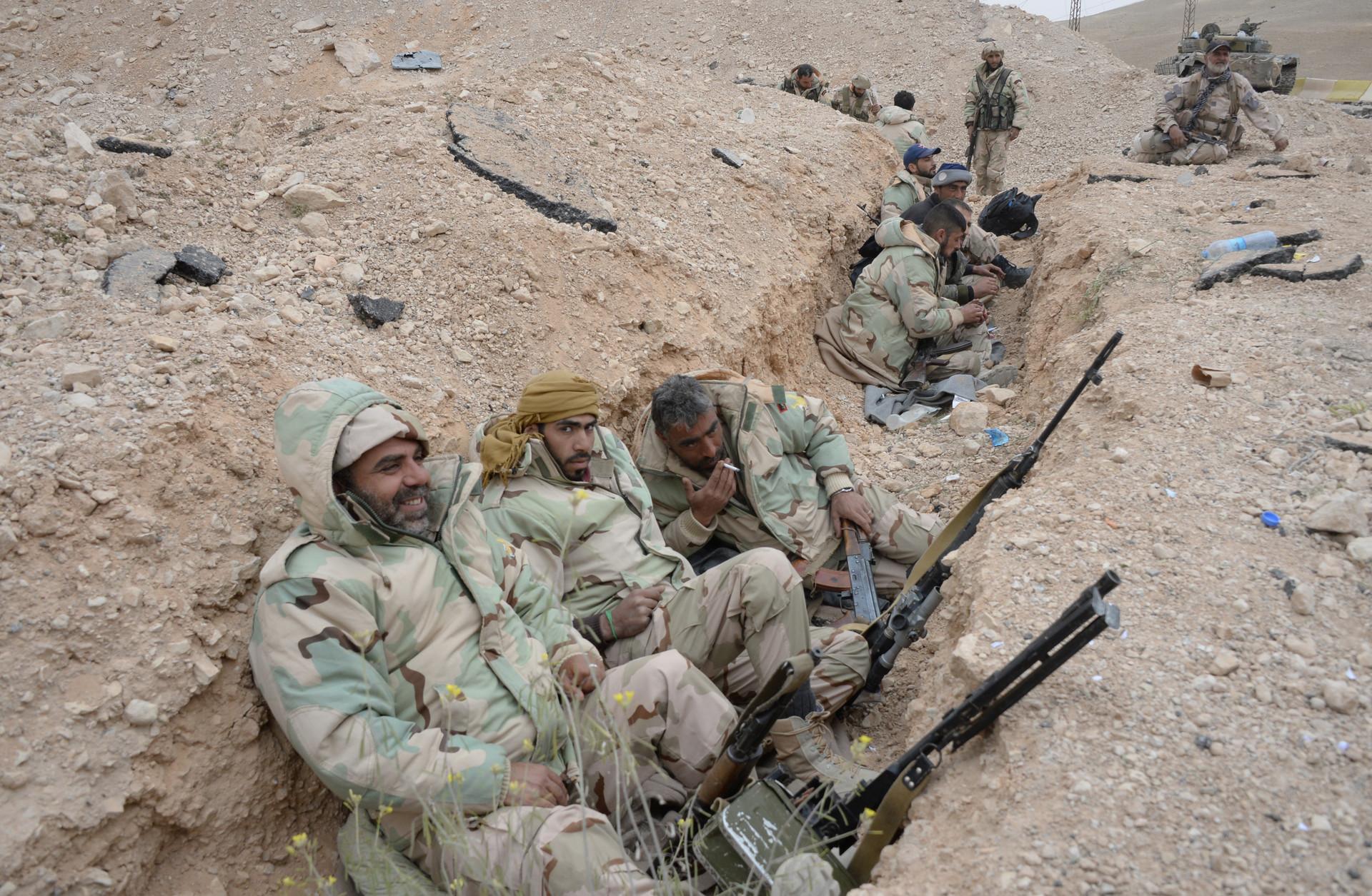Combatientes del Ejército de Siria y de la milicia Halcones del Desierto en las afueras de Palmira, 26 de marzo