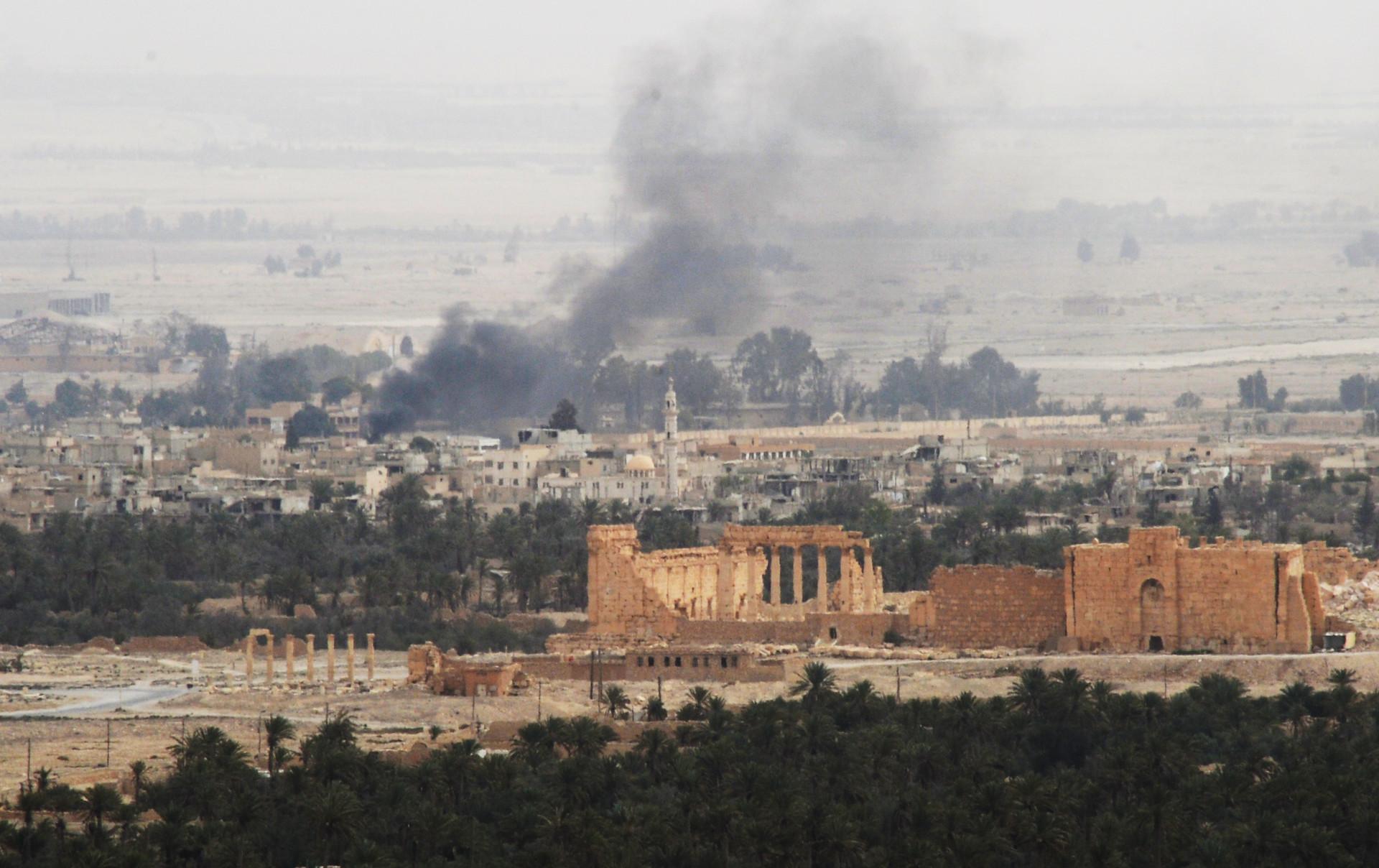El centro histórico de Palmira desde las colinas que rodean la ciudad ocupadas por el Ejército sirio y la milicia Halcones del Desierto, 25 de marzo.