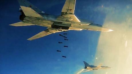Bombardero ruso Tu-22 atacando