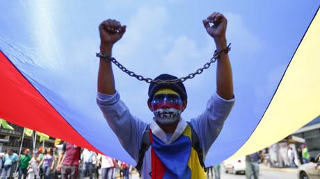 Partidarios de la oposición participan en una marcha contra el Gobierno de Nicolás Maduro en Caracas el 18 de octubre de 2014