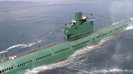 El líder norcoreano Kim Jong-Un en la torre de mando de un submarino durante su inspección de la Unidad Naval 167 del Ejército