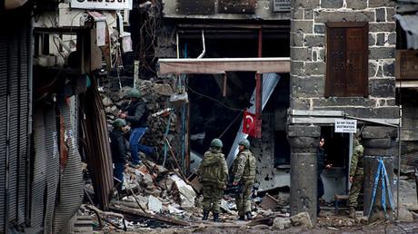 Soldados turcos patrullan en el barrio del Sur, en Diyarbakir, durante el toque de queda, el 26 de febrero de 2016.