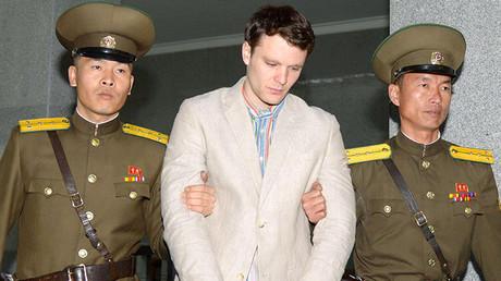 El estadounidense Otto Warmbier, rodeado de dos oficiales norcoreanos