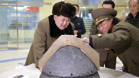 El líder de Corea del Norte Kim Jong-un observa una ojiva de un misil balístico