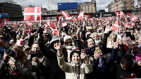 Daneses ondeando banderas en la celebración del 75.º cumpleaños de la reina Margarita II