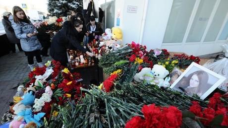 Los vecinos de Rostov del Don llevan flores al aeropuerto local, donde se estrelló el avión