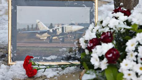 Flores en el monumento dedicado al comandante fallecido del avión Su-24, teniente coronel Oleg Péshkov, en la ciudad rusa de Lípetsk.