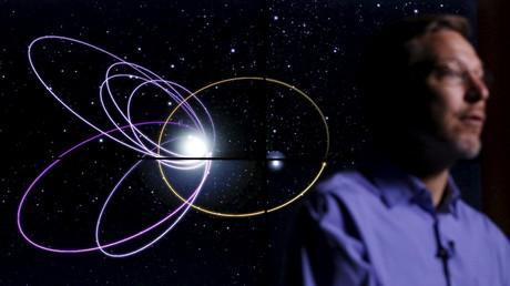 El profesor de astronomía planetaria, Mike Brown, habla delante de una simulación por ordenador de la órbita del probable noveno planeta en el Instituto de Tecnología de California en Pasadena, California, 20 de enero de 2016.
