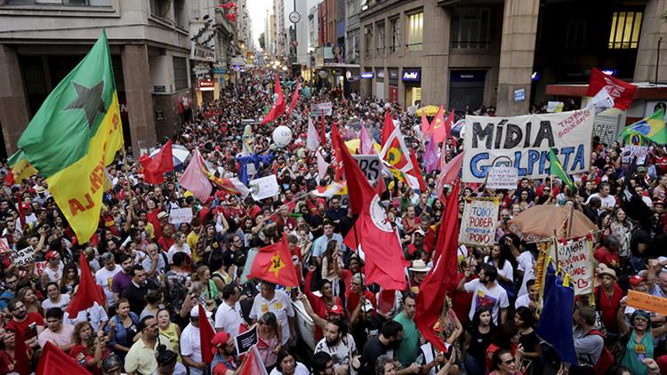 """""""¡No al golpe de Estado!"""": Los brasileños toman las calles para apoyar al Gobierno de Rousseff"""