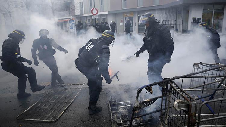 Enfrentamientos y gases lacrimógenos: Manifestantes chocan con la Policía en París