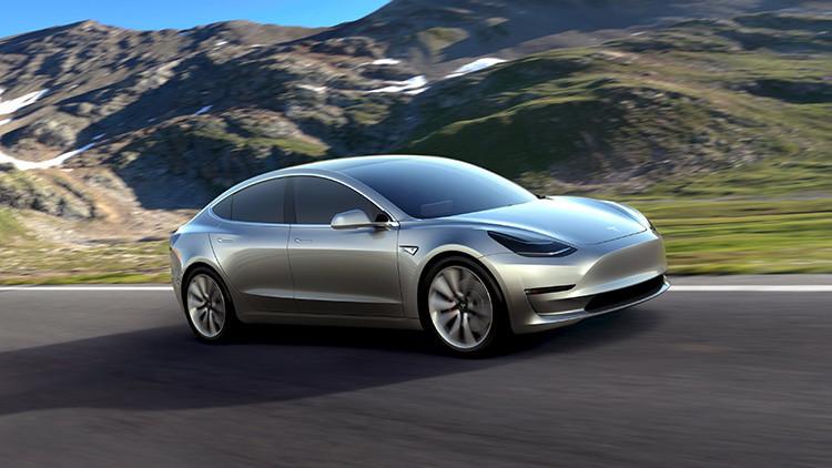 """""""No hacemos coches lentos"""": Tesla Motors desvela su veloz y 'barato' vehículo eléctrico (Video)"""
