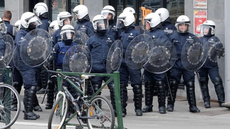 Policía emplea gas pimienta contra manifestantes en Bruselas (Fotos y Videos)