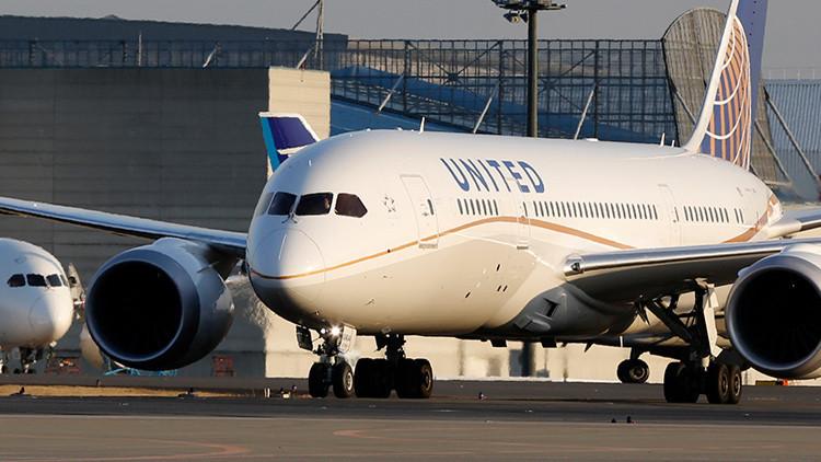 """Video: United Airlines expulsa de un avión a una familia por su """"aspecto"""""""