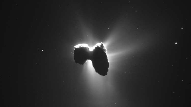 Belleza en el espacio: la sonda Rosetta capta un cometa 'bañado' por la luz del Sol